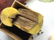 无雕刻基础的小木匠用挖勺子刀雕刻了一个小荷镇纸