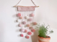 粉色球球挂毯。