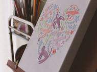 一个充满婚礼元素的刺绣装饰画