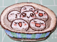元宵节的汤圆应该是芝麻馅的。手工刺绣胸针