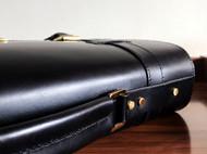 黑色大公文包。