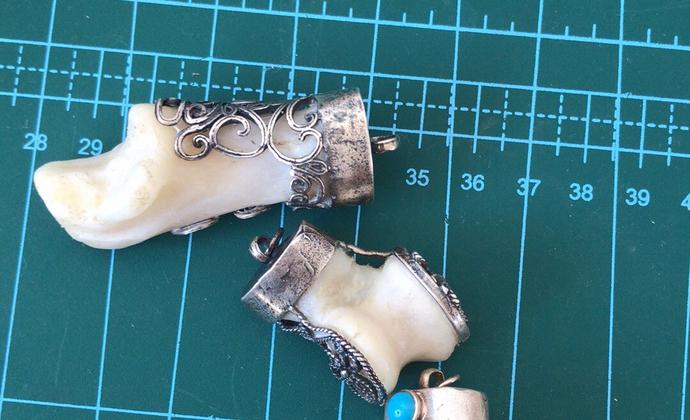 狼的蹄腕骨。 常见于少数民族,人们用此做成挂件或手链,避免灾祸等中文名称 狼髀石。