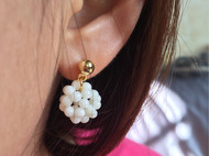 白珊瑚珠编织球耳环