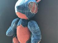 古布制作玩偶兔。褴褛风格。