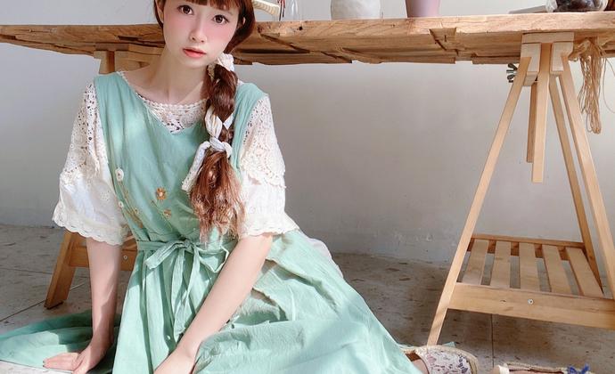 绿色手工刺绣背心围裙式连衣裙