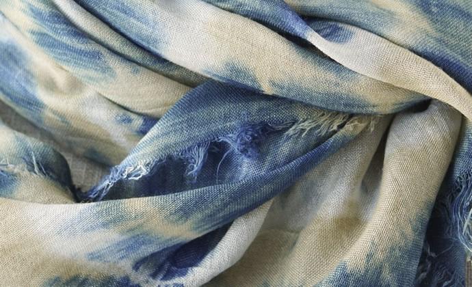 砂色。蓝靛和石榴染色的亚麻围巾