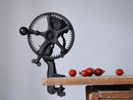 古董手摇木柄铸铁水果剥皮器