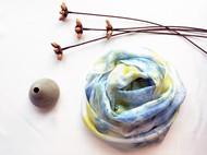 草木染丝巾/材料:栀子,蓝靛/面料:乔其纱