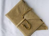 束绳有一个扣结的草木染亚麻包经布