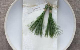 创意餐桌布置/摆盘艺术:松针+DIY橡皮章印染松果餐巾