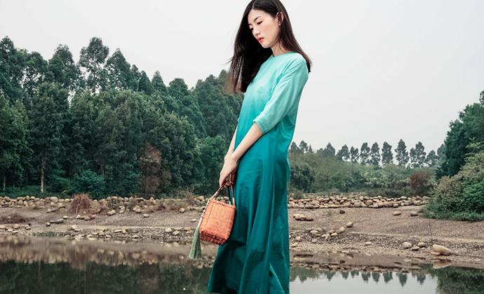 隐机者 丝绵渐变 新中式右衽玛瑙扣墨绿色五分袖连衣裙女式长袍子