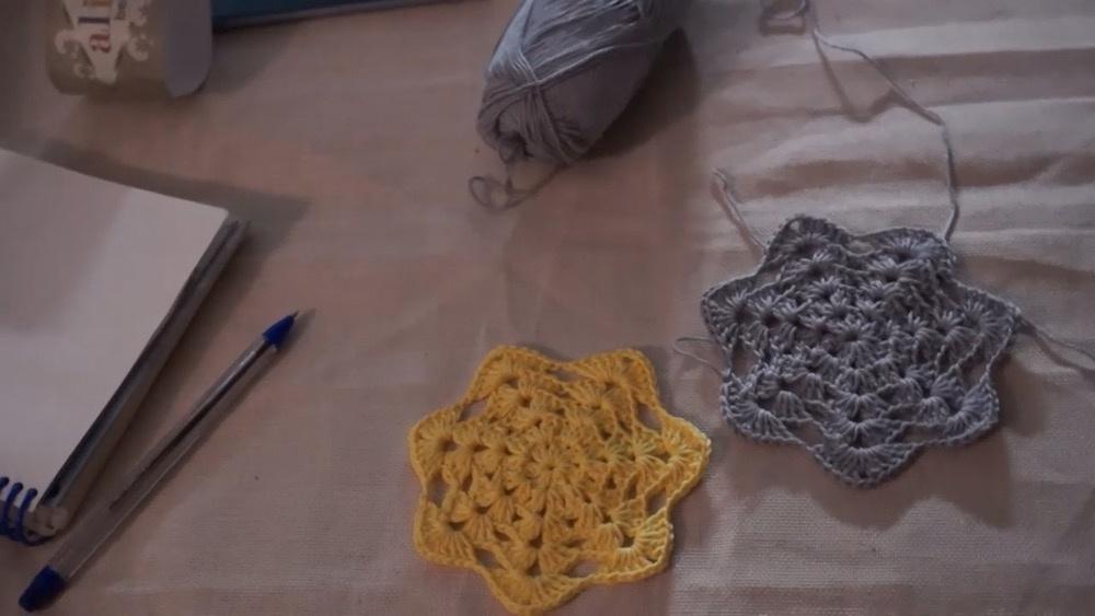 钩针视频教程:钩编的小花杯垫