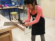 最美女木匠!教小朋友手工制作一把小木勺