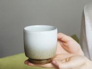手握咖啡杯