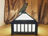 一盏顶上站着大鸟的灯