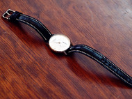 细长款的黑色鳄鱼表带