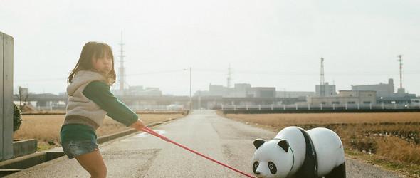以一种另类的摆拍,记录孩子的成长 | 日本摄影师Toyokazu Nagano 温暖而搞怪的摄影