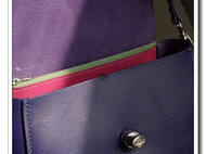蓝紫色植鞣斜挎包