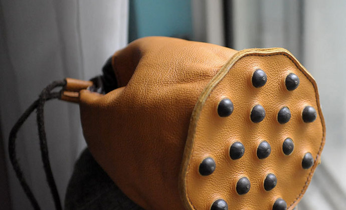 一边宅物语牛皮莲蓬随身包手工镶嵌真实莲子真皮单肩手拎水桶包