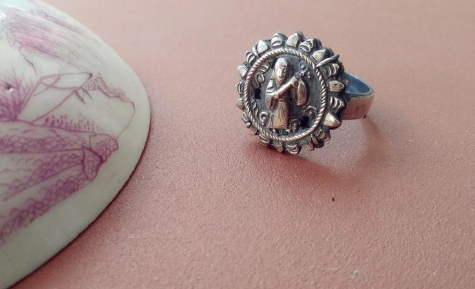 老银人物花片镶银戒指