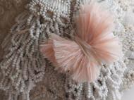 一只粉色鸵鸟毛制作的蝴蝶