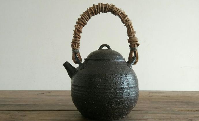 提梁壶550毫升使用电陶炉,不可明火,用前先预热。