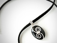 黑條紋瑪瑙皮繩項鍊(雙渦)