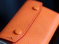 橙色羊皮拼白色鹿皮风琴卡包