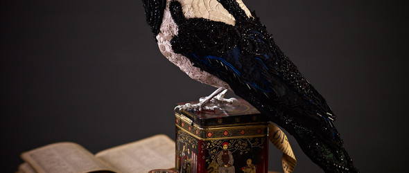 黑与白相间的刺绣动物雕塑 |Donya Coward