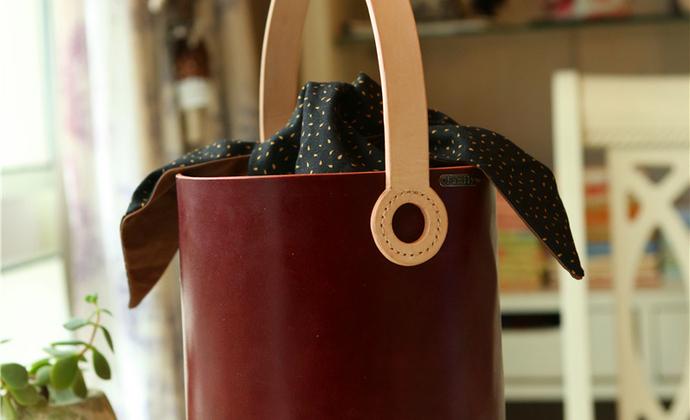 日常手提水桶包,带全棉内袋,包身是酒红植鞣牛皮,配本色植鞣牛皮拉手