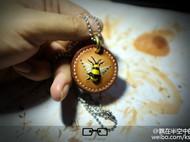 一只小蜜蜂,飞在皮革中。