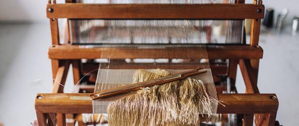 织起神祇、众灵与天幕:走进编织艺术家Justine Ashbee的工作室