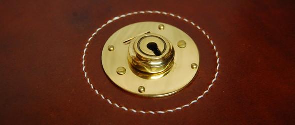 手工皮具制作教程:公文包锁具安装方法
