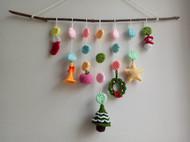 树枝和钩织的小物件组成的墙饰