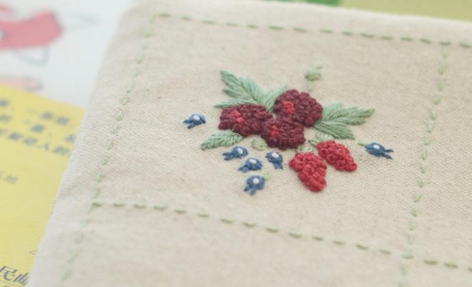 铃兰和草莓手工刺绣化妆包手拿包